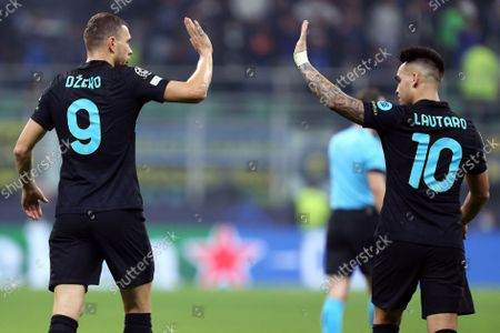 Edin Dzeko of Fc Internazionale (L) celebrates after scoring a goal with his teammate Lautaro Martinez (R)