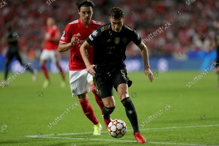 Benjamin Pavard of Bayern Muenchen (R ) vies with Darwin Nunez of SL Benfica during the UEFA Champions League group E football match between SL Benfica and FC Bayern Muenchen at the Luz stadium in Lisbon, Portugal on October 20, 2021.