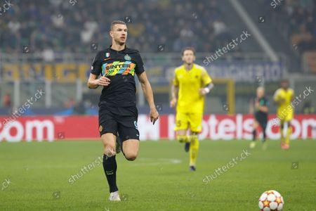 Italy, Milan, oct 19 2021: Edin Dzeko (Inter striker) attacks the penalty area in the first half during football match FC INTER vs SHERIFF, UCL matchday3 , San Siro stadium