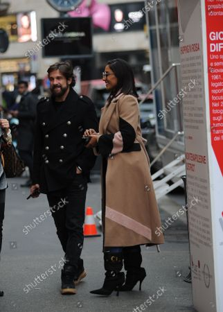 Juliana Moreira and her husband Edoardo Stoppa arrive in the center together to attend the LILT event, for the fight against breast cancer, and allow themselves to take some photos, posing in front of the section that concerns them.