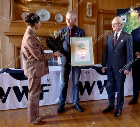 Crown Princess Victoria and King Carl Gustaf attend the WWF's annual meeting. King Carl Gustaf gives the Environmental Hero of the Year to professor Johan Rockstrom.