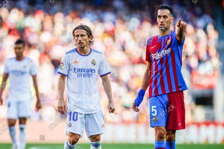 05 Sergio Busquets of FC Barcelona 10 Luka Modric of Real Madrid during the La Liga Santader match between FC Barcelona and Real Madrid at Camp Nou Stadium on October 24, 2021 in Barcelona.
