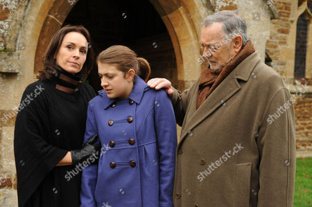 Episode: The Dead of Winter Pictured: Juliet Aubrey as Selina Mortmaigne, Georgia Groome as Briony Motmaigne and Richard Johnson as Augustus Mortmaigne.