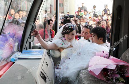 Xin Qiao holds his bride, Xie Qian