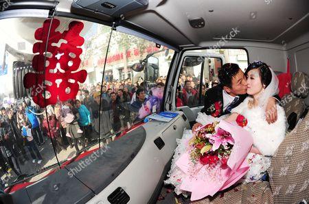 Xin Qiao with his bride Xie Qian