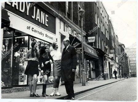 Sir William Fiske Leader Of The Greater London Council Pictured With Shop Assistants Carola Parkinson (19) (l) Vivienne Fisher (23) (c) And Jane Bradbury (22) Standing Outside London's Carnaby Street. London Districts