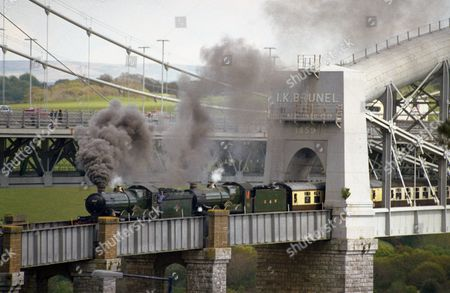 Preserved GWR locos 'Nunney Castle' and 'Earl Bathurst' head an excursion train into Cornwall via the bridge over the river Tamar designed by Isambard Kingdon Brunel. England, Britain.