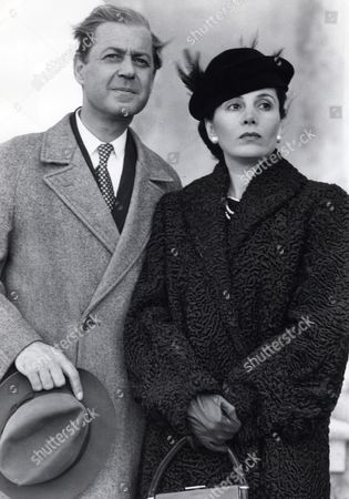Tv Programme: To Catch A King. Starring Barbara Parkins As The Duchess Of Windsor And John Standing As The Duke.