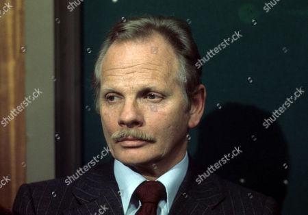 Allan Cuthbertson as Howard Summers