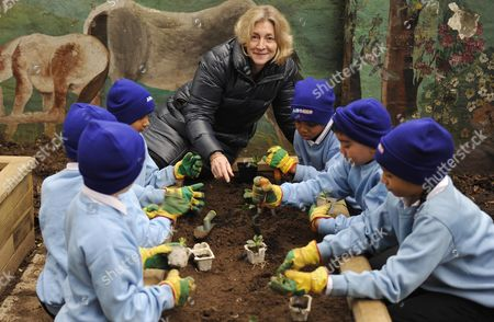 Mayor For London Boris Johnson Launches A Competition To Get School Children To Grow Their Own Fruit And Veg. Rosie Boycott And Pupils From Ambler Primary School In Finsbury Park