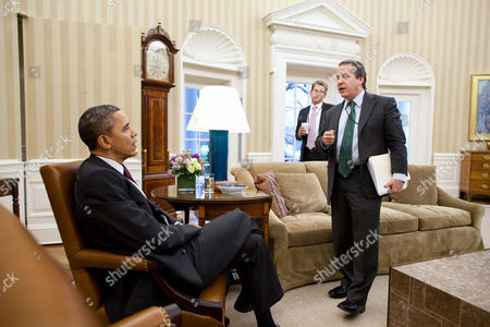 President Barack Obama talks with National Economic Council Director Gene B Sperling (R), and Press Secretary Jay Carney in the Oval Office, Washington DC, America