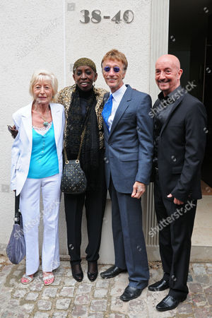 Madeline Bell (2L), Robin Gibb (2R) and guests