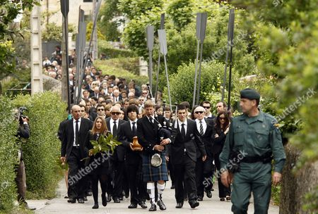 Javier Ballesteros, next to his sister Carmen, carries the urn containing the ashes of his father Severiano Ballesteros