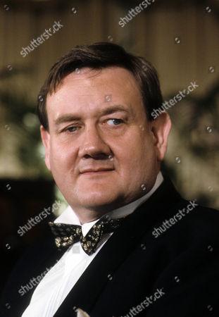 Paul Brooke as Simon Owen