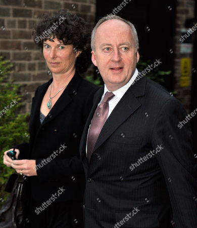 Northern Ireland Secretary ShaUN Woodward Leaves Granada Studios Manchester For A Last Election Rally With Labour Party Supporters. 4/5/10