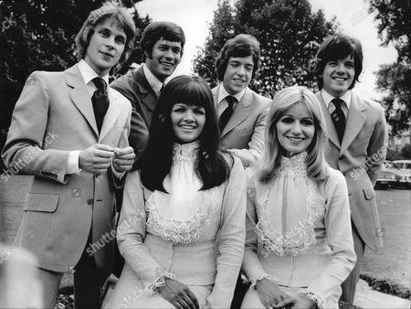 The New Seekers - Marty Kristian, Keith Potger, Chris Barrington, Laurie Heath, Eve Graham and Sally Graham