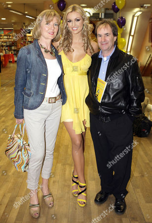 Rosanna Davison with her parents Diane and Chris de Burgh at the launch of the latest book by Marisa Mackle 'The girl in the Yellow Dress' which Rosanna illustrated