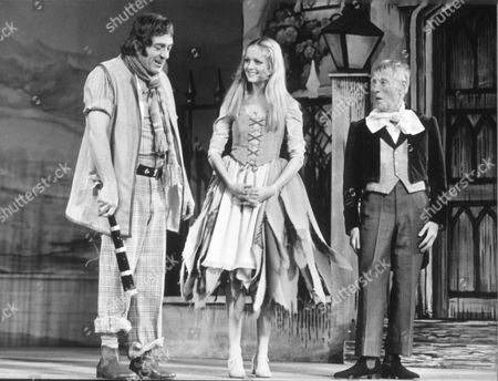 PANTOMIME CINDERELLA - HARRY H. CORBETT, TWIGGY AND WILFRID BRAMBELL (STAGE DEBUT FOR TWIGGY)