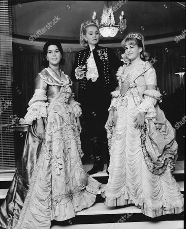 Actress Zsa Zsa Gabor And Daughters Prepare For The Party At Their London Hotel L-r Lynn Zsa Zsa Gabor And Francesca Hilton