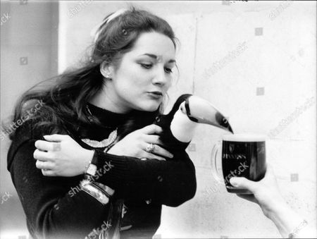 Pippa Evans With Tookie The Guinness Toucan At Savoy Reception 1982.