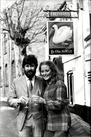Jenny Hanley And Husband Herbie Clarke Outside Their Pub 'ye Olde Swan' At Thames Ditton Surrey - 1981