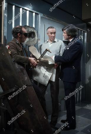 Ron Pember as welder, Philip Latham as Peter Dawson and Robert Beatty as Mr Zeeder