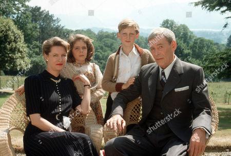 Susan Wooldridge as Mrs. Cavanagh, Claire Drummond as Sheila Cavanagh, Alastair Haley as Ronnie Cavanagh and Peter O'Toole as John Sidney Howard