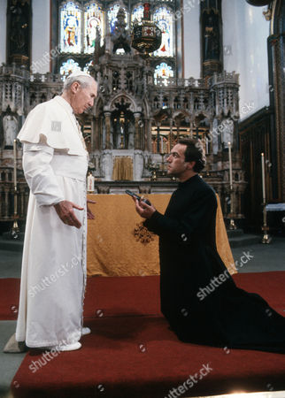 Anthony Quayle as The Pope and Robert Lindsay as Thomas Kelly