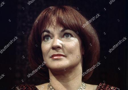 Moira Redmond as Davina Droylsden