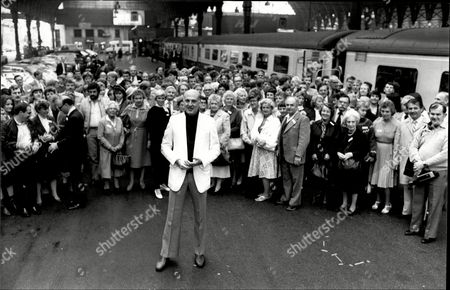 Television Presenter Gordon Honeycombe With 166 Members Of His Extended Family At Paddington Station 1984.