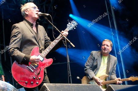 Dennis Greaves of Nine Below Zero playing with Glenn Tilbrook of Squeeze