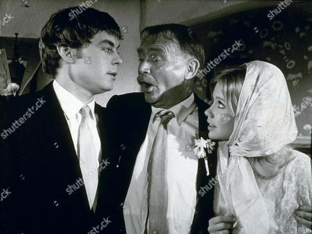 JOHN MILLS HAYLEY MILLS AND HYWEL BENNETT IN THE FAMILY WAY 1959 EDITORIAL USE ONLY