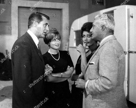 CARY GRANT VISITING SOPHIA LOREN ON THE SET OF 'TWO WOMEN' WITH HER SISTER MARIA SCICOLONE AND VITTORIO DE SICA - 1961