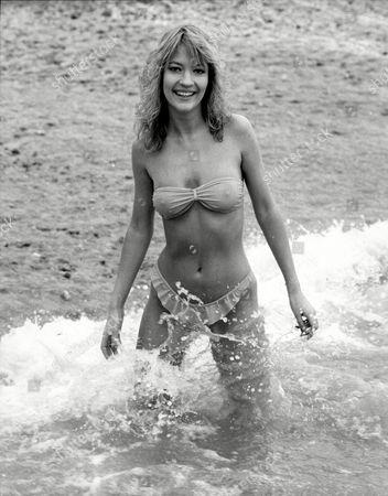 Julie Davis 19 Of Worthing On Brighton Beach Sunbathing In The Winter Months 1988 - Brighton Weather Story