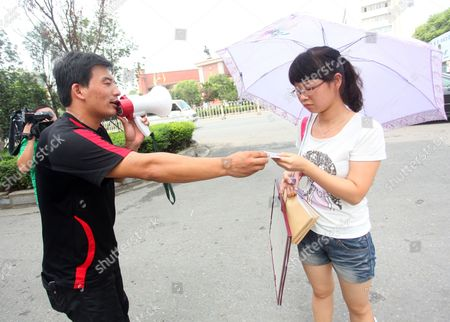 Jin Yingqi approaches a female passer-by during his quest for love