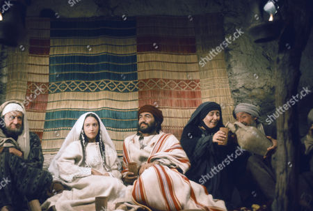 (l-r) Cyril Cusack as Yehuda, Olivia Hussey as Mary, the mother of Jesus, Yorgo Voyagis as Joseph, Regina Bianchi as Saint Anne