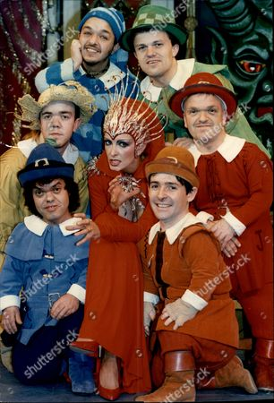 Comedienne Marti Caine Starring As The Red Queen In Panto 'snow White And The Seven Dwarfs' Pictured With Six Of The Dwarfs From The Show.
