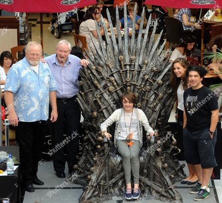 Maisie Williams on the Throne, with James Cosmo, Julian Glover, Roxanne McKee and Miltos Yerolemou