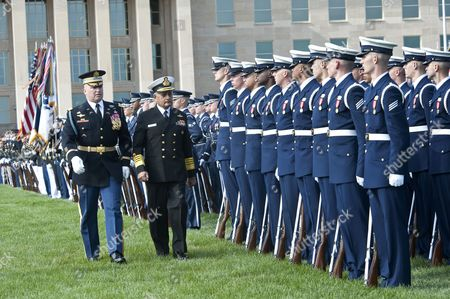 General Martin Dempsey, Chairman of the US Joint Chiefs of Staff (JCS), and Indian Chairman of the Chiefs of Staff Committee, Admiral Nirmal Verma inspect the honor guard