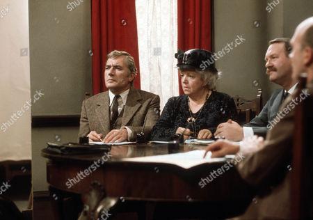 Nigel Davenport as Robert Carne, Hermione Baddeley as Mrs Beddows and Kenneth Waller as Mr. Tadman