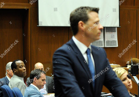 Dr. Conrad Murray looks toward Deputy District Attorney David Walgren (R)