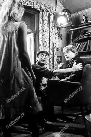 HYWEL BENNETT AND HAYLEY MILLS WITH ROY BOULTING IN FILM 'THE FAMILY WAY' - 1966