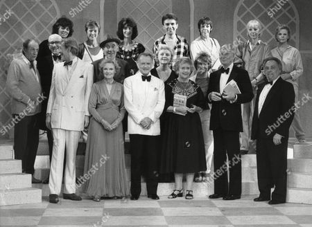 Sir John Gielgud Sir John Mills Lord Miles Dame Anna Neagle Dame Peggy Ashcroft Peter O'toole Anna Massey Jill Bennett Frances De La Tour Maureen Lipman Hayley Mills Tommy Trinder Cy Grant And Ann Beach At Memorial Concert For Sir Ralph Richardson 1984.