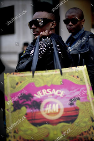 Stock Picture of Shopper Neco La revolucion-London leaves with Versace H&M bags