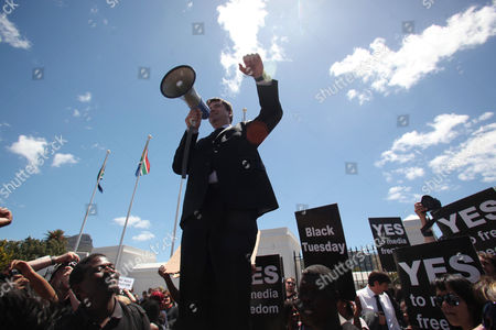 Ray Hartley addresses protesters against the Bill outside Parliament