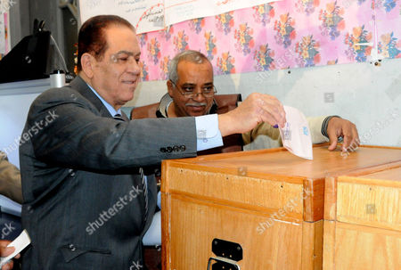Prime Minister-Designate Kamal Ganzouri casts his vote at a polling station