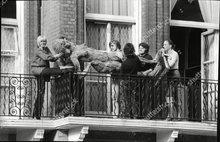 Aimi Macdonald Actress And Dancer On Her Balcony Helping Removal Men Carry A Nine Foot High Wooden Statue Of A Nude And Pregnant Woman