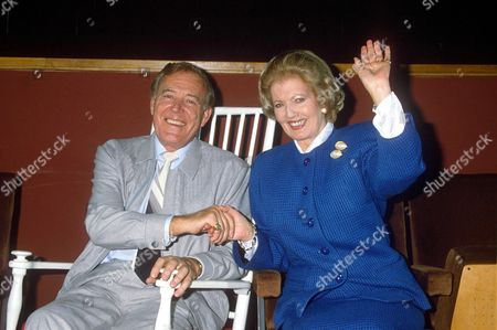 VAL DOONICAN AND JANET BROWN IMPERSONATING MARGARET THATCHER AT CHRISTMAS SHOW AT FAIRFIELDS HALL IN CROYDON, BRITAIN - 1988
