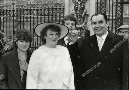 Ray Reardon Snooker Player With Wife Susan Reardon And Family At Buckingham Palace For His Mbe Investiture 1985.