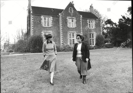 Stock Photo of Barbara Stuart Routledge On The Grounds At Harston Hall With Nancy Williams (no Further Details) 1981. She Is Heavily In Debt And Hoping To Sell Americans Expensive House Party Package Holidays For The Royal Wedding 1981.